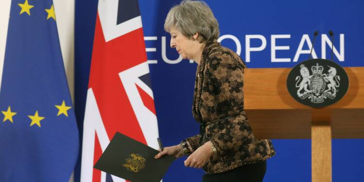 Brexit: May croit encore possible d'obtenir des garanties, l'UE veut calmer le jeu