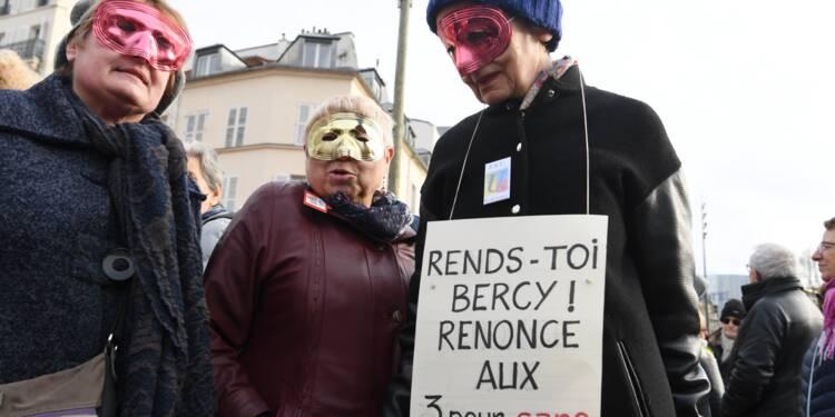 Plusieurs centaines de retraités rassemblés devant Bercy pour leur pouvoir d'achat