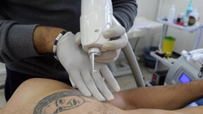 Longtemps méprisé, le tatouage sort de l'ombre en Tunisie
