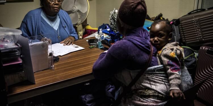 """""""Certaines arrivent démolies"""": à Paris, soeur Marie-Jo accueille des femmes migrantes et leurs bébés"""