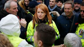 """Une centaine de """"gilets jaunes"""" attendent Macron à Grand Bourgtheroulde"""