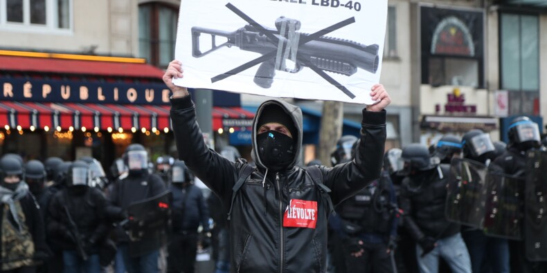 """Les """"gilets jaunes"""" défilent contre les violences policières, heurts à Paris et Bordeaux"""