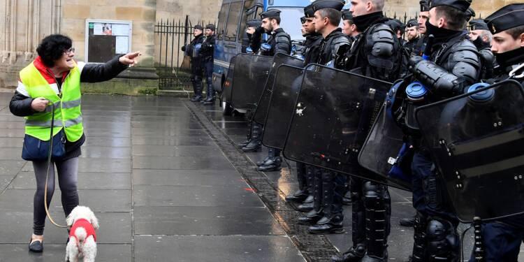 """CGT et """"gilets jaunes"""" manifestent main dans la main contre Macron"""