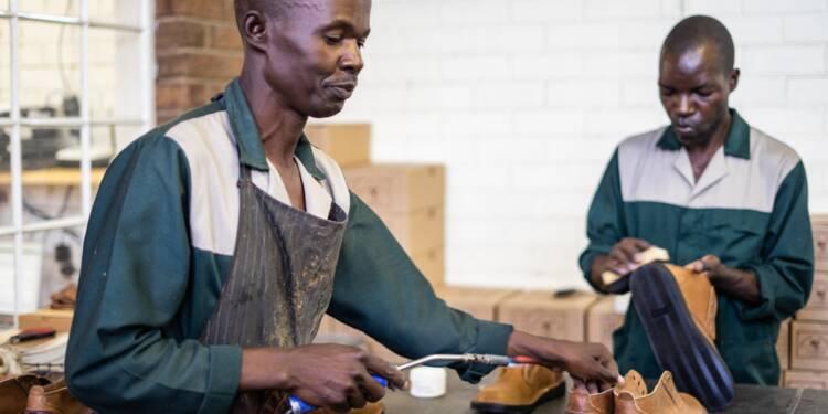Au Zimbabwe en friche, un irréductible atelier de chaussures