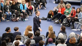 """Invité surprise d'un débat en Gironde, Macron pris à partie par une femme """"gilet jaune"""""""