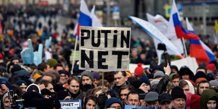 """Russie : des milliers de manifestants contre une loi pour """"isoler"""" Internet"""