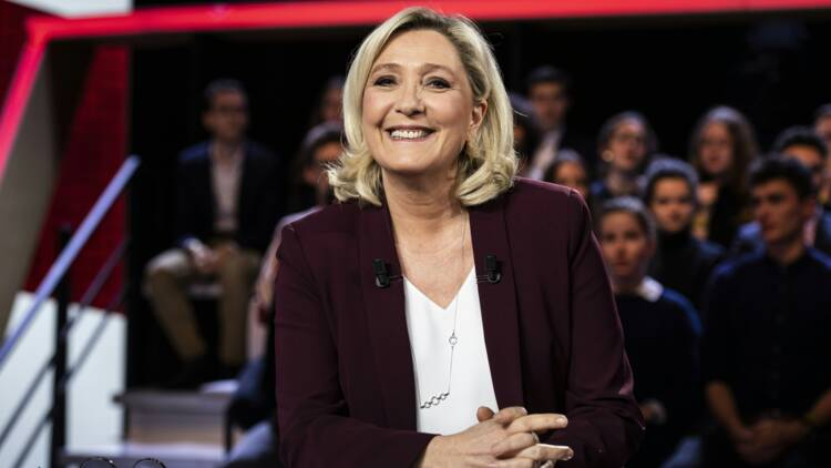"""Marine Le Pen se pose en """"cheffe de l'opposition"""" sur France 2"""
