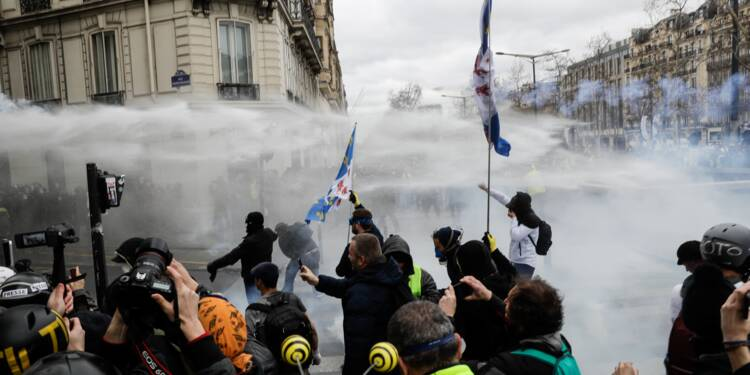 """Gilets jaunes"": un acte 18 marqué par un fort regain de violences à Paris"