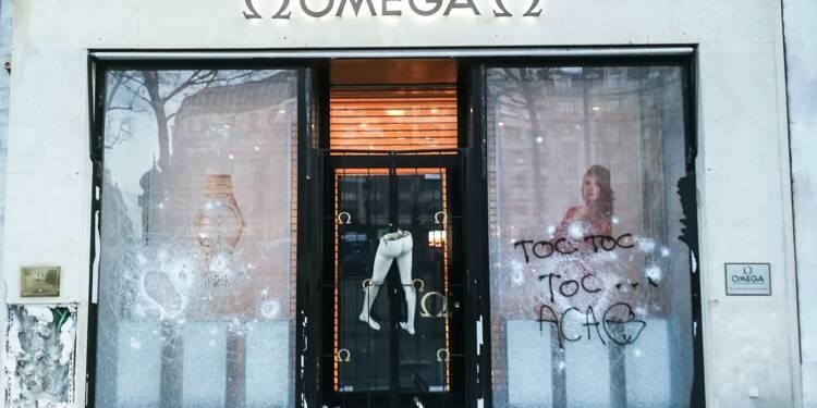 """""""Gilets jaunes"""": les Champs-Elysées saccagés, nettoyage toujours en cours"""