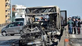 """Italie: """"carnage"""" évité de justesse pour 51 collégiens pris en otage dans un bus"""
