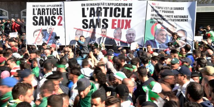 Les Algériens dans la rue après un appel au départ du président par ses fidèles