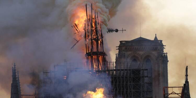 """Notre Dame de Paris, défigurée mais encore debout, sera """"rebâtie"""" promet Macron"""