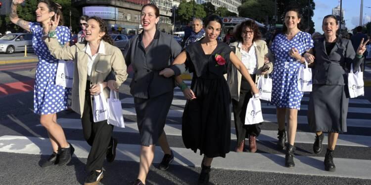 """Argentine: cent femmes défilent en hommage à """"Evita"""", née il y a 100 ans"""