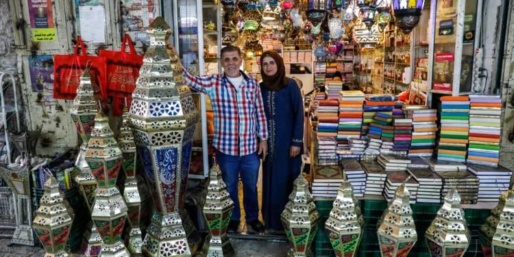 Dans la Vieille ville de Jérusalem, un fabricant de lanternes illumine le ramadan