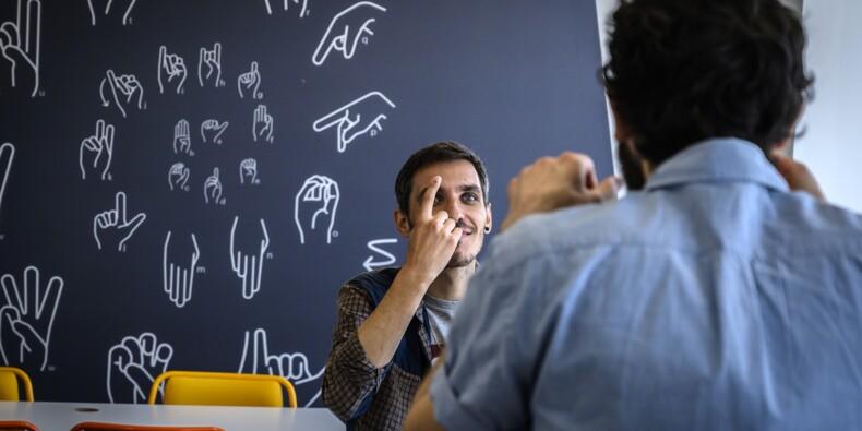 """Des """"sourdoués"""" formés au numérique en langue des signes, une première"""