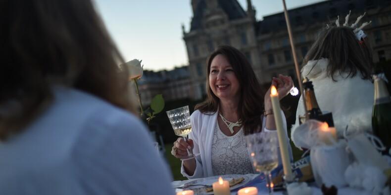 """Des milliers de """"dîneurs en blanc"""" autour des Tuileries, à Paris"""