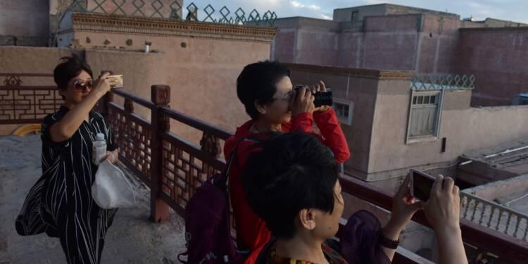 Au Xinjiang, le tourisme explose malgré les internements forcés