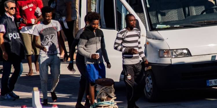 Italie: à contrecœur, Salvini laisse 27 mineurs débarquer à Lampedusa