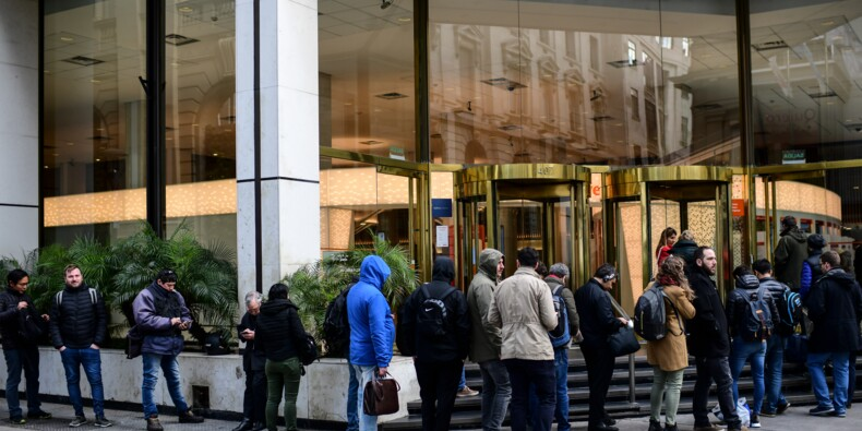 Argentine: début du contrôle des changes, premières queues devant les banques