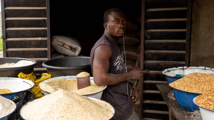 Trafic de riz à la frontière fermée entre le Bénin et le Nigeria