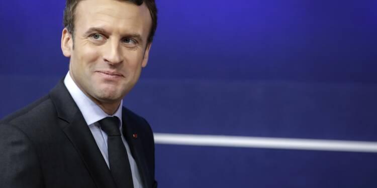 """Emmanuel Macron tacle les """"esprits chagrins"""" qui critiquent son séjour à Chambord"""