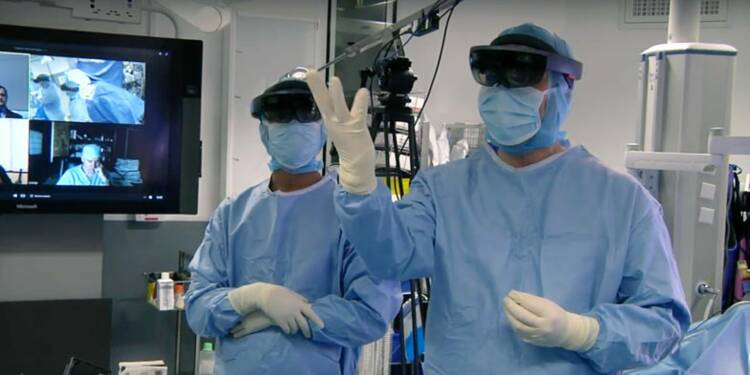 Un chirurgien français a utilisé pour la première fois au monde le casque de réalité augmentée HoloLens lors d'une opération — voici comment ça l'a aidé