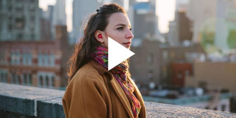 VIDEO: Ces oreillettes connectées veulent briser les barrières entre les langues — elles traduisent rapidement les paroles de votre interlocuteur(trice)