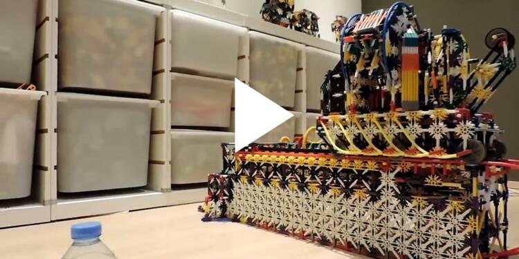 VIDEO: Cette machine faite à base de pièces de K'NEX est championne de 'Water Bottle Flip' — ce challenge qui consiste à renverser une bouteille et la faire atterrir comme un piquet