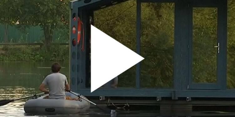 VIDEO: Ce petit chalet auto-suffisant peut être installé sur l'eau ou sur terre