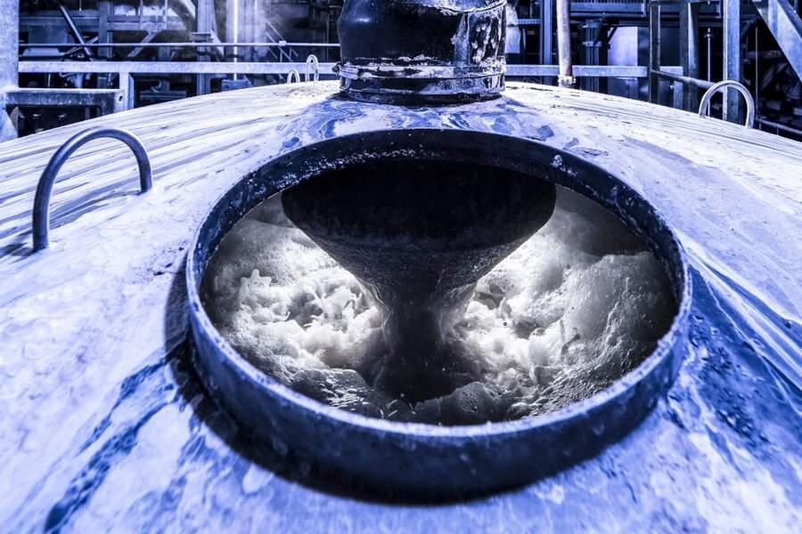 Une énorme machine à laver des bouteilles en plastique