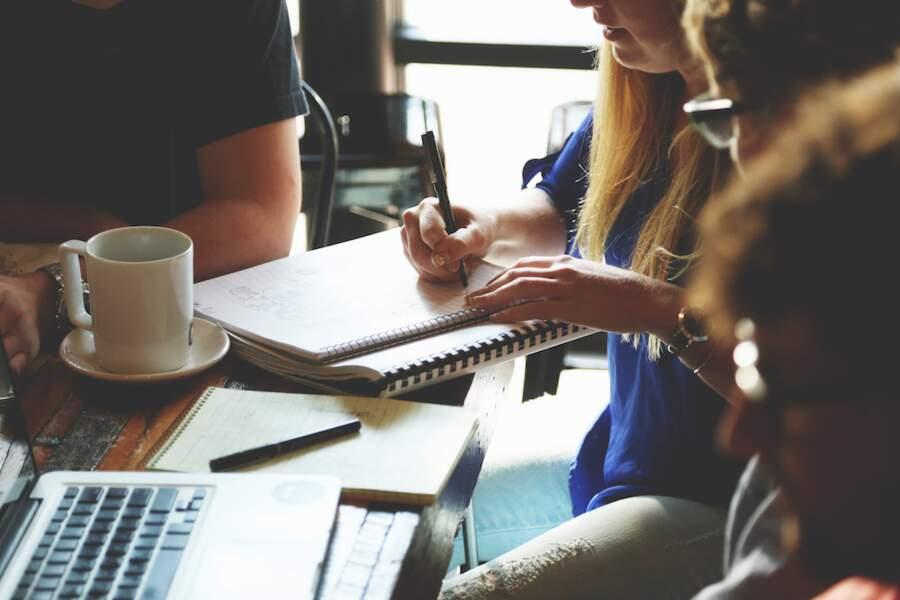 6. Techniciens des services administratifs, comptables et financiers