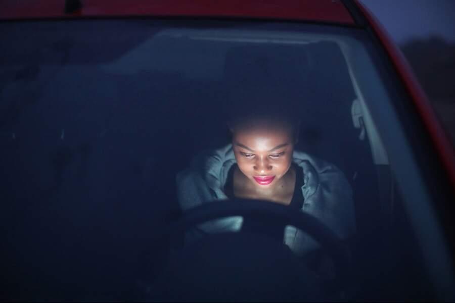 Regarder un écran en conduisant