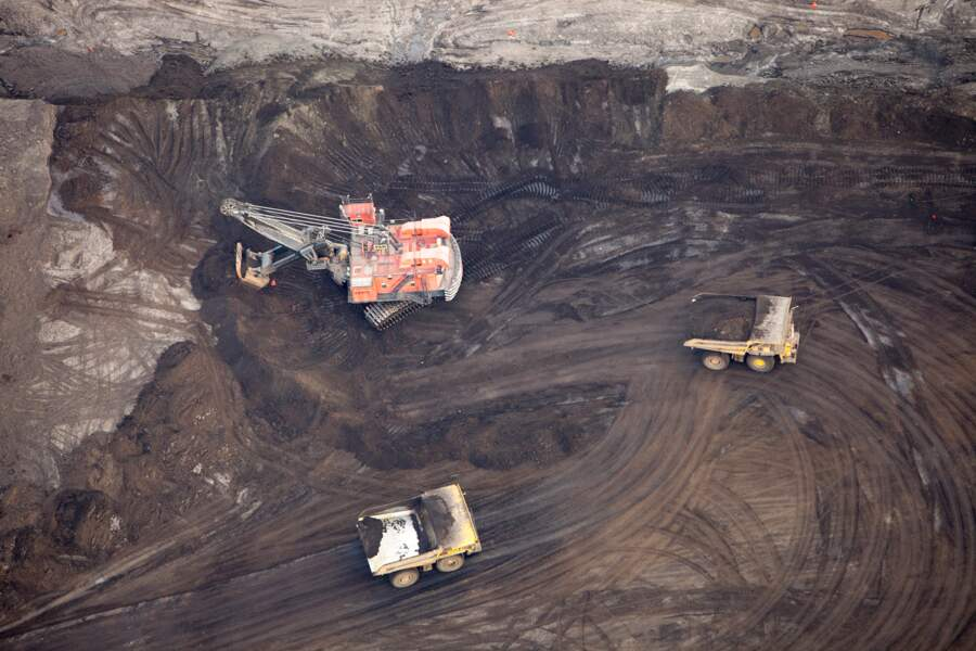 D'énormes grues récoltent les hydrocarbures