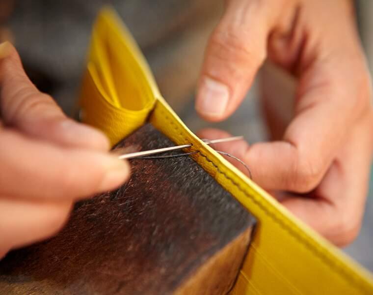 Sellier maroquinier : il fabrique les sièges des berlines de luxe ou les sacs des élégantes