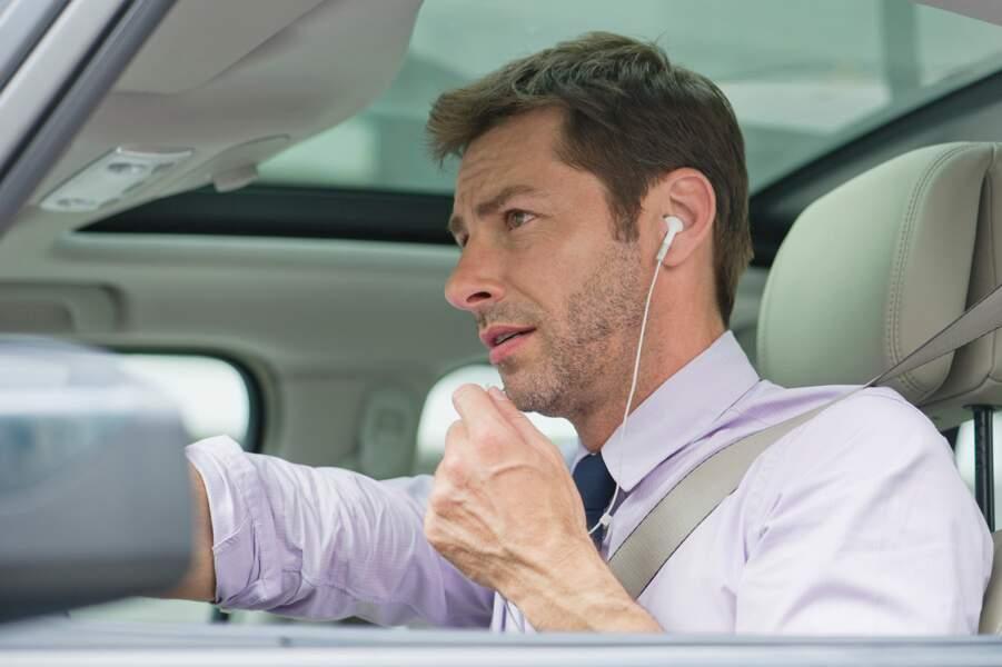 Port d'oreillettes ou d'écouteurs en conduisant