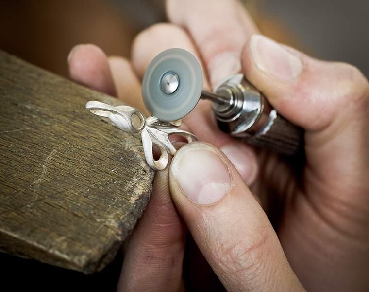 Sertisseur : il fixe les pierres précieuses sur les bijoux