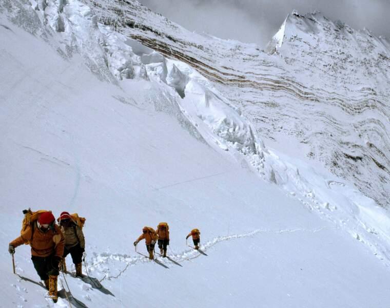 Des membres de l'expédition Everest traversent une face du Lhotse dans l'Himalaya