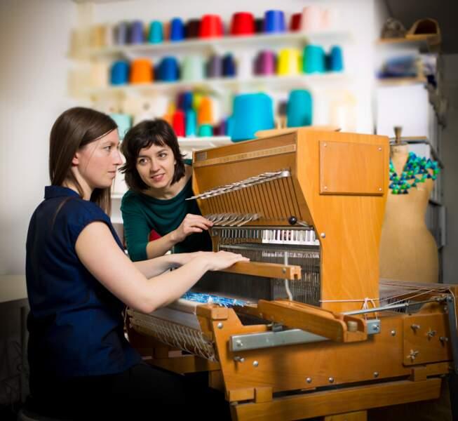 Designers textiles : elles tissent des bandes de papier et des fils de métal