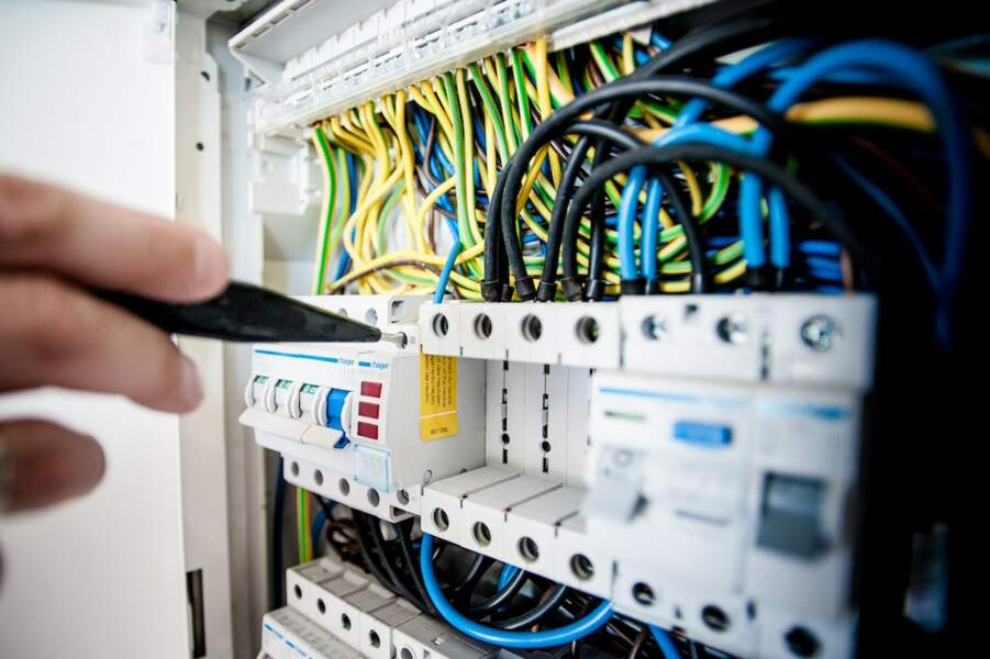 11. Agents de maîtrise et assimilés en fabrication de matériel électriques et électroniques
