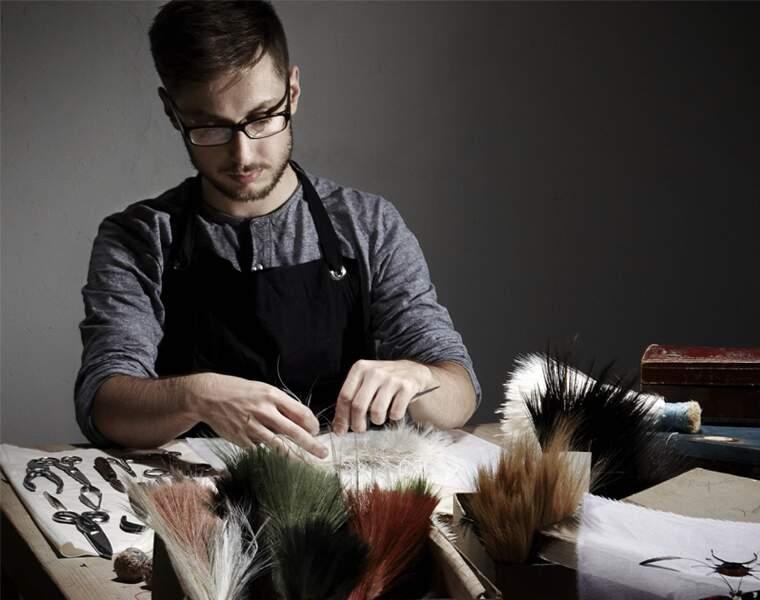 Plumassier : un travail de patience réservé à la très haute couture