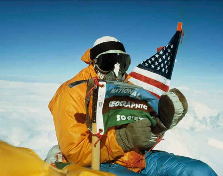 Sommet de l'Everest : Barry Bishop déploie le drapeau de la National Geographic Society