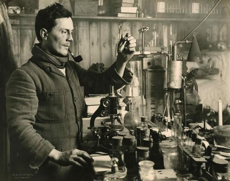 Le docteur Edward Atkinson dans son laboratoire en Antarctique