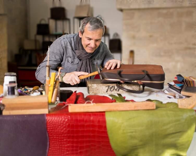 Maroquinier : cet ancien d'Hermès coud toutes ses pièces à la main