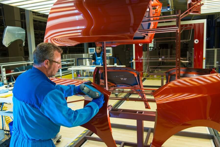 Finition d'une pièce de carrosserie en fibre de carbone