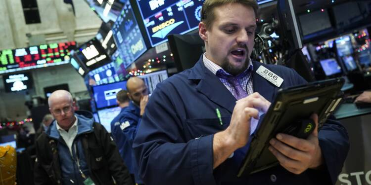 Fébrile, Wall Street termine dans le rouge
