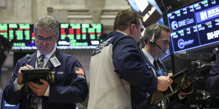 Wall Street clôture en baisse, craint des frappes militaires en Syrie