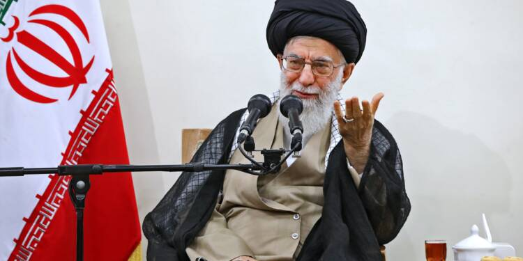 """Le guide suprême iranien dénonce les """"diatribes et sornettes"""" de Trump"""