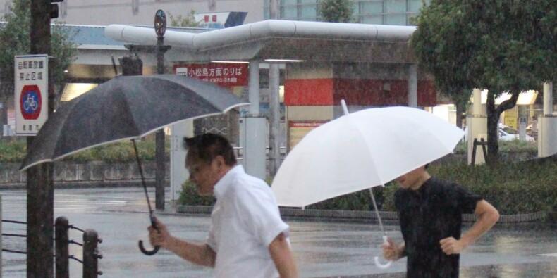 Puissant typhon au Japon: dégâts limités, transports perturbés