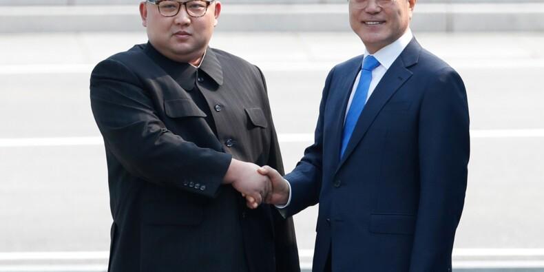 Corées: poignée de main entre Kim et Moon avant leur sommet historique