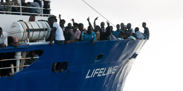 Avec 230 migrants, le Lifeline attend en mer une solution diplomatique